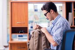 El estudiante que estudia en casa la preparación para el examen Fotografía de archivo
