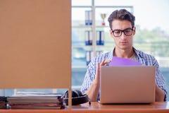 El estudiante que estudia en casa la preparación para el examen Foto de archivo libre de regalías
