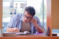 El estudiante que estudia en casa la preparación para el examen Fotos de archivo libres de regalías