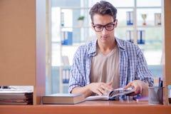 El estudiante que estudia en casa la preparación para el examen Imagen de archivo