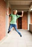 El estudiante que salta para arriba Fotos de archivo libres de regalías