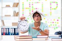 El estudiante que se prepara para los exámenes de la universidad fotos de archivo