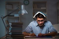 El estudiante que se prepara para los exámenes tarde en la noche Imagen de archivo