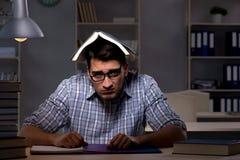 El estudiante que se prepara para los exámenes tarde en la noche Imagen de archivo libre de regalías