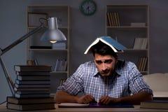 El estudiante que se prepara para los exámenes tarde en la noche Fotografía de archivo