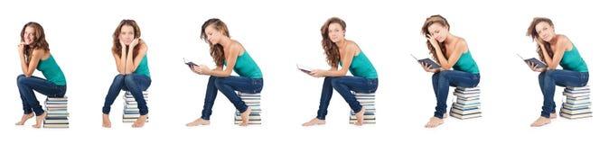 El estudiante que se sienta en la pila de libros Fotografía de archivo