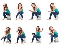 El estudiante que se sienta en la pila de libros Fotos de archivo