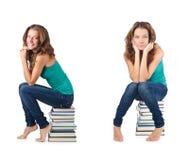 El estudiante que se sienta en la pila de libros Imagen de archivo