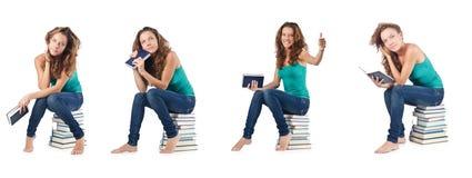 El estudiante que se sienta en la pila de libros Fotos de archivo libres de regalías