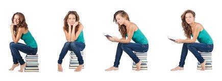 El estudiante que se sienta en la pila de libros Fotografía de archivo libre de regalías