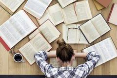 El estudiante se cae dormido mientras que estudia Imágenes de archivo libres de regalías