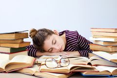 El estudiante se cae dormido mientras que estudia Fotos de archivo libres de regalías