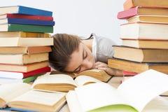 El estudiante se cae dormido mientras que estudia Foto de archivo libre de regalías