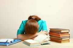 El estudiante se cayó dormido imagen de archivo