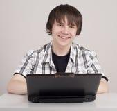 El estudiante se sienta para un ordenador portable Imagenes de archivo