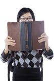 El estudiante serio lee el libro Fotos de archivo