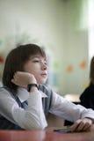El estudiante soñador se sienta en la lección Imagen de archivo