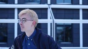 El estudiante subrayado nervioso del hombre joven del retrato siente que torpe la mirada de sideway ausente ansiosamente anheland almacen de video