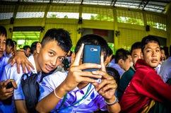 El estudiante tailandés Use Mobile Phone toma una foto Foto de archivo