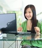 El estudiante tiene buenas noticias en la pantalla de ordenador Fotos de archivo libres de regalías