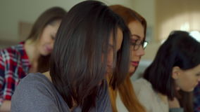 El estudiante toca su pelo en la sala de conferencias almacen de video