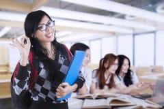 El estudiante universitario con ACEPTABLE firma adentro la clase Foto de archivo