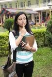 El estudiante universitario indio está ocupado pensamiento Fotos de archivo libres de regalías