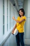 El estudiante universitario lindo manosea con los dedos encima de cara Imagen de archivo libre de regalías