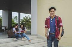 El estudiante y los amigos asiáticos jovenes del muchacho son examen de las clases particulares con estudio Imagen de archivo