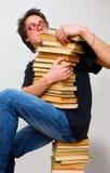 El estudiante y sus libros de textos de la montaña Foto de archivo