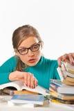 El estudiar adolescente de la muchacha imagen de archivo