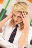 El estudiar adolescente femenino tensionado del estudiante Imagenes de archivo