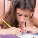 El estudiar adolescente hispánico en casa Fotografía de archivo libre de regalías