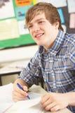 El estudiar adolescente masculino del estudiante Foto de archivo libre de regalías
