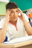 El estudiar adolescente masculino tensionado del estudiante Imagen de archivo