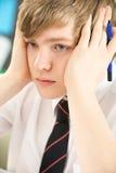 El estudiar adolescente masculino tensionado del estudiante Fotos de archivo