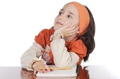El estudiar adorable de la muchacha imagen de archivo