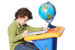 El estudiar adorable del niño Foto de archivo libre de regalías
