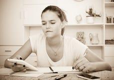 El estudiar agujereado del adolescente Imágenes de archivo libres de regalías