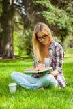 El estudiar al aire libre. Imagen de archivo libre de regalías