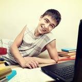 El estudiar alegre del adolescente Foto de archivo libre de regalías
