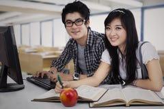 El estudiar asiático de los estudiantes Fotografía de archivo