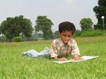 El estudiar asiático del muchacho imagen de archivo libre de regalías
