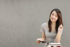 El estudiar asiático de la muchacha Fotos de archivo libres de regalías