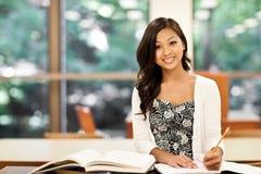 El estudiar asiático del estudiante Fotografía de archivo