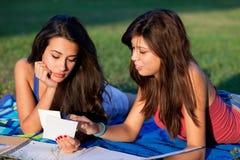 El estudiar bonito de los adolescentes de la universidad Foto de archivo libre de regalías