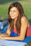 El estudiar bonito del adolescente de la universidad al aire libre Foto de archivo libre de regalías
