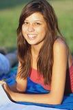 El estudiar bonito del adolescente de la universidad al aire libre Fotos de archivo libres de regalías
