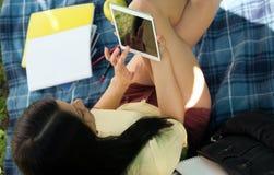 El estudiar con el ipad en parque Imagenes de archivo