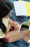 El estudiar con el ipad en parque Fotografía de archivo